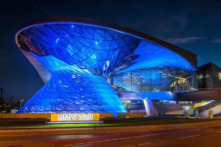 Bezoek BMW Welt: de Duitse autobouwer BMW stelt in het indrukwekkende gebouw van BMW Welt allerlei auto's, motoren, innovaties en voorbeelden van techniek tentoon. Het BMW Museum, dat erlangs ligt, vraagt wel inkom. © Pixabay