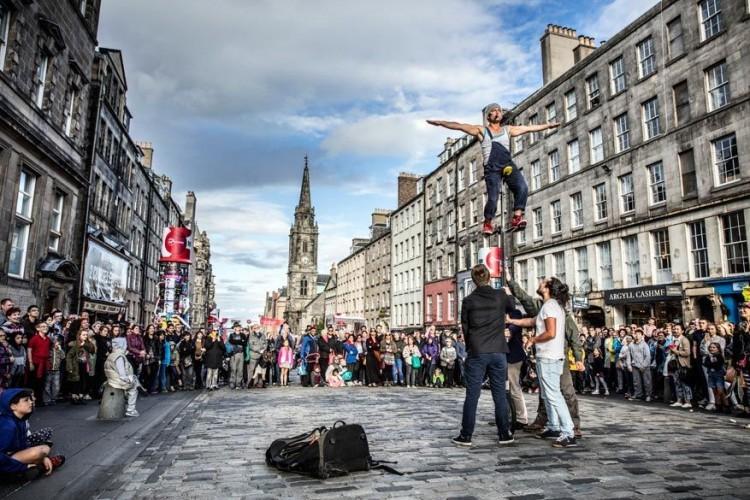 5. 70ste verjaardag van de Edinburgh Festivals: 1947 was het geboortejaar van Edinburgh als festivalstad. De Edinburgh Festivals, met als vlaggenschip het Edinburgh International Festival, ontstonden als platform om kunst en cultuur te promoten en landen opnieuw dichter bij elkaar te brengen. Het naoorlogse initiatief heeft ondertussen een boeiende geschiedenis achter de rug en Edinburgh groeide uit tot een weergaloze bestemming voor bezoekers en artiesten uit de hele wereld. In 2017 zullen de 12 grote festivals van Edinburgh speciaal aandacht besteden aan de 70e verjaardag. Schotlands historische hoofdstad zal het decor vormen voor muziek, wetenschap, film, kunst, toneel, dans, literatuur en vertelkunst. Meer info: www.edinburghfestivalcity.com © VisitBritain