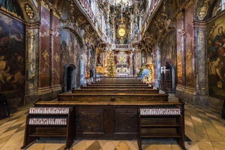 Asamkirche: deze Rooms-katholieke kerk, volledig opgetrokken in rococostijl, ligt in de historische binnenstad van München. Het gebouw werd door de gebroeders Asam, Cosmas Damian en Egid Quirin, in de jaren 1733-1746 gebouwd als privékapel. Geef er je ogen absoluut de kost! © Daniel Fürg