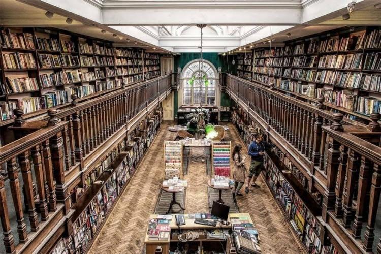 Daunt Books Marylebone in Londen, Verenigd Koninkrijk: Daunt Books heeft 6 locaties in Londen, maar Marylebone is ongetwijfeld de spectaculairste. Dankzij de visgraatvloeren, een grote glazen etalage en eikenhouten balkons is de Edwardiaanse boekenwinkel een heerlijke plek om een roman te kopen van Jane Austen of Oscar Wilde. © Dirk Seifert