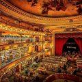 El Ateneo Grand Splendid in Buenos Aires, Argentinië: in dit voormalige theatergebouw uit 1919 kijk je je ogen uit. In de jaren '20 kwamen hier de rijken genieten van tangovoorstellingen of de eerste films met geluid. Sinds 2000 doet het dienst als boekenwinkel. Het bijzondere Beaux-Arts decor werd behouden en zelfs de rode gordijnen voor het podium hangen er nog. Via de vele balkons krijg je een indrukwekkend uitzicht. © Faina Strier