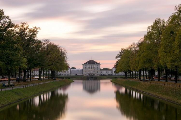 Schlosspark Nymphenburg: 's winters en 's zomers kun je hier genieten van de mooie tuinen aan het koninklijk paleis in barokstijl dat vroeger de zomerresidentie vormde van de Beierse heersers. Vele waterpartijen en bloemen staan in de kijker tijdens de zomer, terwijl het kanaal in de winter verandert in een schaatsbaan. Het domein ligt zo'n 5 km ten noordwesten van het stadscentrum. © Hakim Chourou