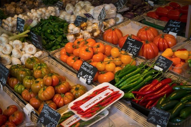 Viktualienmarkt: deze permanente markt in het stadscentrum vindt dagelijks plaats en voorziet je van allerlei levensmiddelen en Beierse specialiteiten. Zo vind je er Beierse Schweinshaxe of varkenspoot, gerookte ham van het Zwarte Woud en verschillende lokale kazen. Ooit bood de smeedijzeren markthal onderdak aan graanverkopers. © Joe Borg