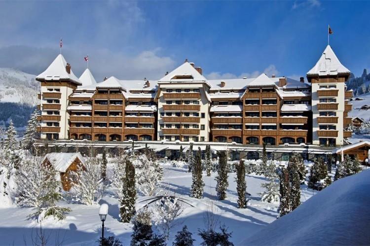 The Alpina Gstaad: luxueus alpinedesign gaat hier hand in hand met de chalettraditie. 56 ruime hotelkamers en suites trakteren je op een fabelachtig uitzicht op de Alpen. De Six Senses Spa is maar liefst 2.000 m² groot en in het fitnesscentrum is het raden naar hetgeen je er niet kan doen. Ook op culinair vlak word je verwend dankzij verschillende restaurants met sterrenchefs. © The Alpina Gstaad
