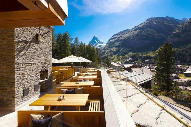 Cervo Hotel Zermatt: dit verblijf bestaat uit 7 chalets in lodgestijl en biedt uitzicht op de Matterhorn. Van hieruit ben je vlakbij de skipiste en wandelpaden. Elke chalet heeft zijn eigen wellnessruimte en open haard. In de hoofdchalet bevinden zich de bar en lounge, restaurant en zonneterras. © Cervo Hotel