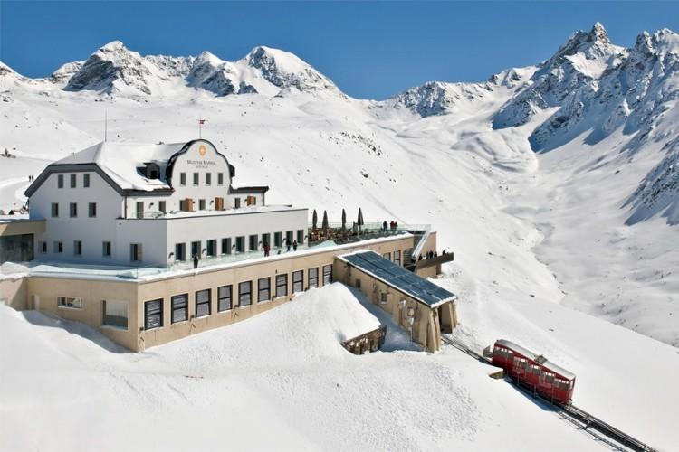 Hotel Muottas Muragl: dit romantisch hotel, op een hoogte van 2.456 meter boven zeespiegel, bereik je enkel via een ritje met de kabelbaan van 10 minuten. Het grote terras biedt een uitzicht op het spectaculaire merenplateau. Het hotel beschikt over 16 kamers en staat erop dat alles op een ecologisch verantwoorde manier gebeurt. © Hotel Muottas Muragl