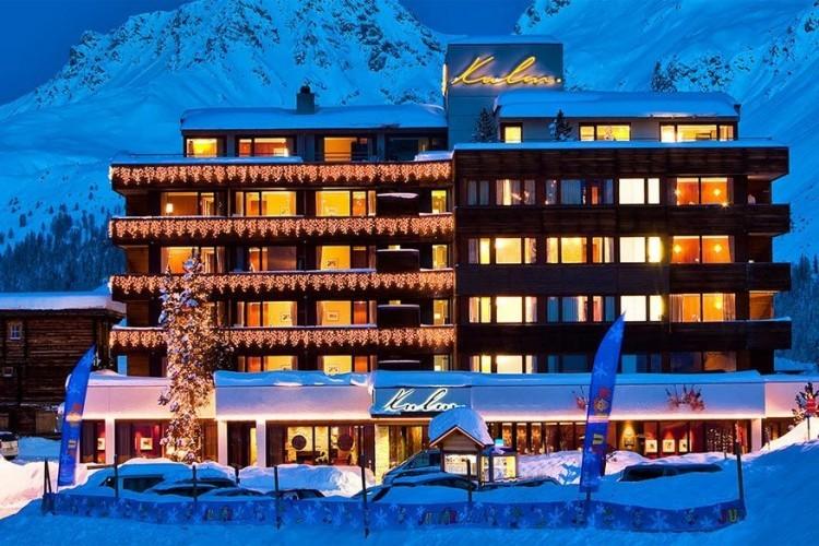 Arosa Kulm in Arosa: dit vijfsterrenhotel bestaat sinds 1882 en is gelegen op een hoogte van 1.850 meter. De 119 kamers en suites zijn voorzien van alle comfort, maar geven een huiselijke indruk. Het hotel ligt direct aan wandelpaden, skipistes en de skischool voor de kinderen. Hier slapen vooral veeleisende sporters, natuurliefhebbers van alle leeftijden en gezinnen met jonge kinderen. De 5 restaurants van het hotel nodigen uit voor een culinaire reis rond de wereld. © Arosa Kulm