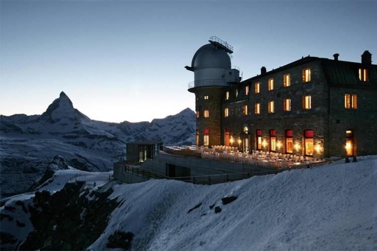 Kulmhotel op de Gornergrat in Zermatt: het 3100 Kulmhotel Gornergrat is het hoogste hotel in de Zwitserse Alpen en bevindt zich 3.048 meter boven de zeespiegel. Het hotel werd gebouwd in 1896 en beschikt over een observatorium. De twee koepels bieden namelijk een prachtig uitzicht op de ruimte. Talloze Italiaanse en Duitse wetenschappers hebben er ooit al post gevat met hun infrarode en radiotelescopen. Vandaag wordt het observatorium nog steeds gebruikt door wetenschappers van de Universiteit van Keulen. Ook vanop het hotelterras heb je een prachtig uitzicht, zodat je de Matterhorn en de Gorner kan bewonderen. © Kulmhotel Gornergrat