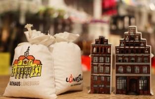 Zout uit eigen bodem in Lüneburg: Lüneburg kent heel wat specialiteiten, maar hun zout steekt daar met kop en schouders bovenuit. Door in de middeleeuwen zout te ontginnen uit de mijnen, kon de stad rijkdom en macht verwerven. Anno 2016 kun je hun zout – en speciaal ontworpen zoutlampen - nog steeds verkrijgen op de kerstmarkt! Als je langer blijft, kun je ook in hun zoutmuseum en -spa terecht. © Lüneburg Tourismus