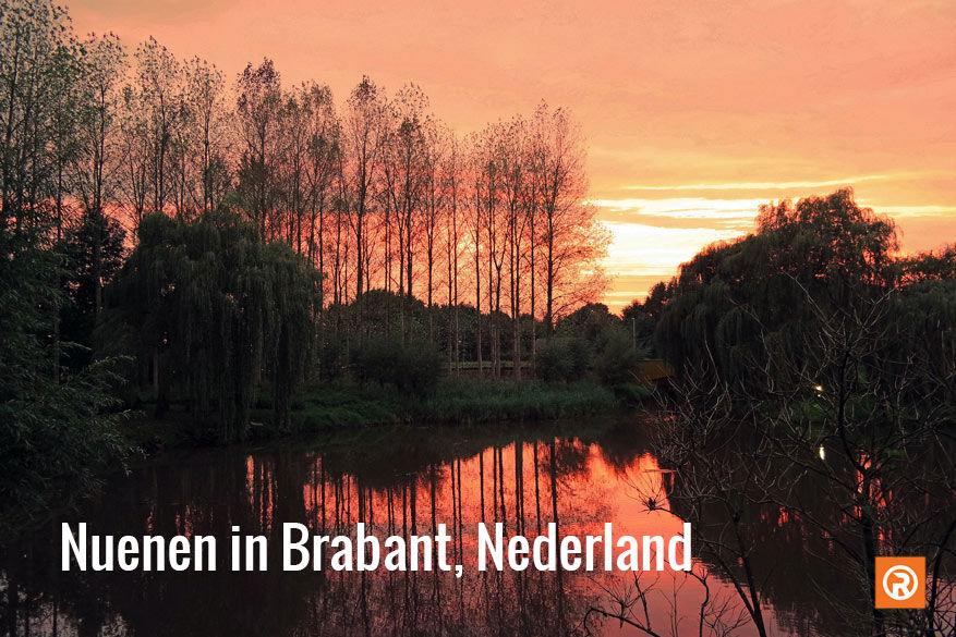 De Opwettense Watermolen en zijn tuin tegen een roodgloeiende zonsondergang © Fien Van Lint