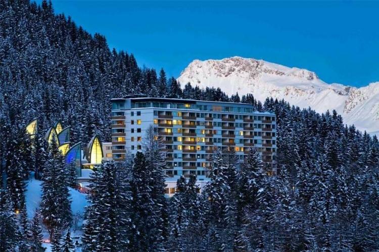Tschuggen Grand Hotel: de architectuur van dit hotel is veelbelovend. De 130 kamers en suites werden stijlvol ingericht en de 5.000 m² grote spa verwent je van kop tot teen. Een speciaal hoteltreintje voert je naar het ski- en wandelgebied dat bovendien volkomen kind- en familievriendelijk is. © Tschuggen Grand Hotel