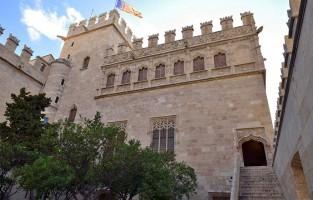 3. Breng een bezoek aan La Lonja: 'La Lonja de la Seda' (Zijdebeurs), UNESCO Werelderfgoed, moet je zeker bezoeken in Valencia. Dit gotische gebouw centraliseerde eeuwen geleden de zijdehandel, die economisch enorm belangrijk was voor de stad Valencia. Het gebouw is zowel aan de buitenzijde als vanbinnen prachtig, met sublieme details en taferelen. Voor de liefhebbers bestaat er ook een route door de stad van de Zijde, met bezoek aan La Lonja, de Kunstacademie van de Zijde en Valenciaanse klederdrachtwinkels. © Creative Commons Flickr (Carlos Jiménes Ruiz)
