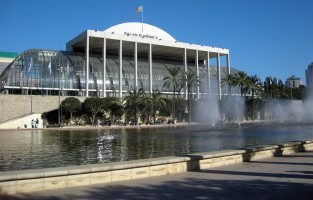 5. Profiteer van een indrukwekkend opera- en concertenprogramma: een leuke variatie in een winterse citytrip is het bijwonen van een opera, concert of ballet. Het Palau de les Arts Reina Sofía is een van de architecturale parels van de Stad van Kunsten en Wetenschappen in Valencia en biedt een uitgelezen aanbod aan opera's, concerten en ballet. Op 1 km ligt het Palau de la Música, langs de Turia tuinen. Dit is een glazen muziekpaleis dat bestaat uit verschillende zalen die er stuk voor stuk prachtig uitzien. De Iturbi Hall is de grootste concertzaal die maar liefst 1.781 toeschouwers kan ontvangen. In het Palau de la Música worden niet alleen concerten gegeven, er zijn ook vaak kunsttentoonstellingen in de speciale expositiezalen. © Creative Commons Flickr (Toni Almodóvar Escuder)