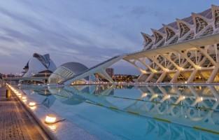 6. Ga een dag op ontdekking in de Stad van Kunst en Wetenschappen: dit toonbeeld van futuristische architectuur is het werk van Valencia's eigen architect Santiago Calatrava. Met de bouw van la Ciudad de las Artes y Ciencias, de Stad van Kunst en Wetenschap, werd in 1989 begonnen. Het laatste gebouw was in 2009 klaar. De kolossale structuur huisvest een IMAX-bioscoop (in de Hemisfèric), Europa's grootste aquarium (in Oceanogràfic), het wetenschapsmuseum Príncipe Felipe en het avant-gardistische operagebouw Palau de les Arts Reina Sofía. Ook de waterpartijen, de indrukwekkende brug l'Assut de l'Or en de evenementenhal Agora zijn een streling voor het oog. Hier kan je makkelijk een volledige dag doorbrengen. Gecombineerd toegangstickets kopen is mogelijk. © Pixabay