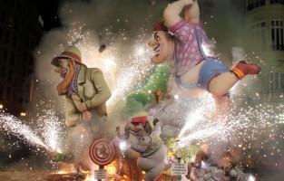 7. Beleef een unieke ervaring tijdens de Fallas van Valencia: de Fallas zijn kandidaat Immaterieel Cultureel Erfgoed van Unesco. Ze vinden hun oorsprong in de blijdschap van het mediterrane volk van Valencia dat de lente verwelkomt met een feest. Al het slechte wordt verbrandt en de as verwelkomt het nieuwe seizoen.  Van 15 tot 19 maart 2017 bundelen satire, ironie en humor de krachten opnieuw om het volk aan het lachen te brengen. Poppen nemen straten en pleinen in om hilarische verhalen te vertellen over toestanden uit de economie, de samenleving of de wereldpolitiek. De Fallas van Valencia zijn een van die ervaringen die je moet hebben beleefd om ze te kunnen vertellen. In die vijf dagen staan meer dan 400 fallas opgesteld, worden 19 officiële 'mascletaes' (vuurwerk) afgeschoten en vele andere door de fallasverenigingen. Tonnen buskruit gaan op in vuurwerk en meer dan 400 fallas monumenten worden tot as verschoten, nadat iedereen goed heeft gelachen met hun kritiek op het sociale, politieke en economische landschap. © GF