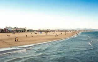 9. Kom op adem aan de zee: in de winter moet je zeker ook bij het strand zijn, want het is er dan zo mooi en rustig. De temperatuur voelt heerlijk aan op de middag wanneer de zon schijnt. Op enkele minuten van het stadscentrum kun je elke dag van het jaar genieten van de stranden van Arenas en Malvarrosa. Je geraakt er met de bus, tram, fiets of auto. Vlakbij vind je de strandboulevard, de Paseo Marítimo, een van de populairste recreatiezones. Je kunt er wandelen, rollerskaten, joggen, zonnebaden of genieten van een lekkere paella of een verse vis- of zeevruchtenschotel in een van de restaurants. © GF