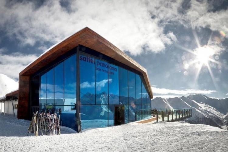 Panoramarestaurant Sattel in Samnaun: van achter het gigantische glaswerk kijk je hier uit op zowel een Zwitsers, Oostenrijks als Italiaans berglandschap. Ook in de keuken staat het drielandenpunt centraal met specialiteiten uit de deze drie plekken, al dan niet gluten- en lactosevrij. Bovendien geniet je hier op donderdag en vrijdag van een ondergaande zon. De dubbeldeks kabelbaan blijft dan open tot 20u. © Toerisme Zwitserland