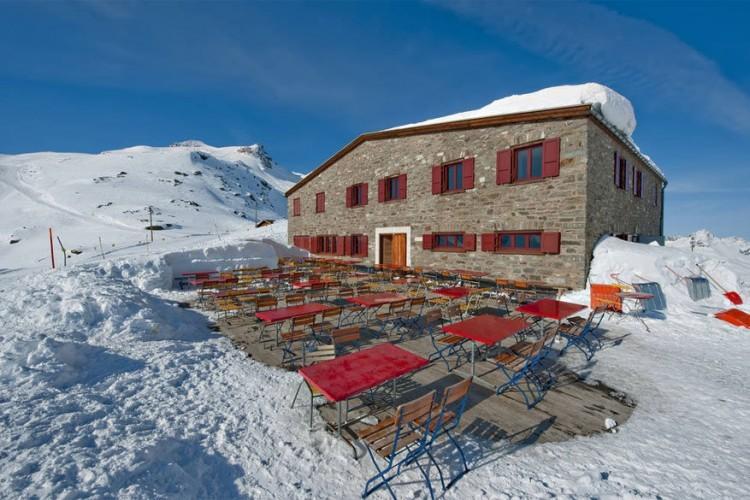Bergrestaurant Fuorcla Surlej in Silvaplana: naar verluidt een van de mooiste locaties van Engadin, met zicht op de Berninaketen en in het bijzonder de Bernina van 4.094 meter hoog! Hier smul je in de zon van inheemse gerechten zoals gerstesoep, spaghetti met huisgemaakte sauzen en vlees uit Bünden. © Toerisme Zwitserland