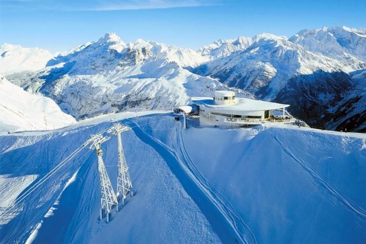 Panoramarestaurant Alpen Tower in Haslital: vanaf Mägisalp is dit grote restaurant makkelijk bereikbaar met een 8-persoonskabelbaan. Eenmaal gearriveerd word je getrakteerd op een panoramisch uitzicht van 360°! Vergeet ook niet te proeven van de verschillende pastagerechten met huisgemaakte deegwaren. © Toerisme Zwitserland