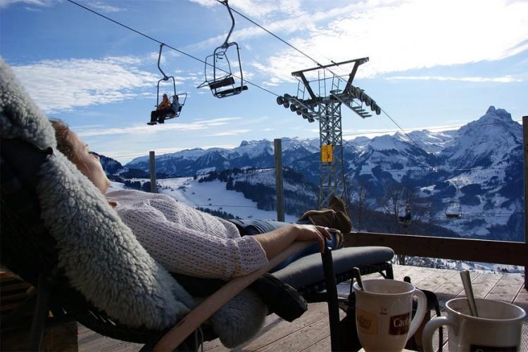Restaurant Walau in Amden: smullen van een kaasfondue met zicht op de Walensee en de Glarner Alpen. Voor groepen tot 16 personen kan je zelfs in openlucht plaatsnemen aan de fonduetafel. 's Winters glij je van hieruit de piste op met een slee, skibock of sneeuwschoenen. In de zomer kan je hier steps en skyvers huren. © Tourismus Amden