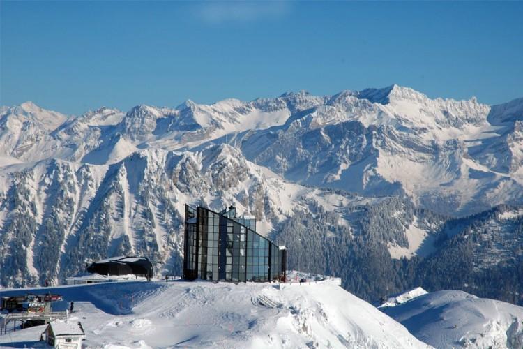 Panoramarestaurant Kuklos in Leysin: op 2.048 m boven de zeespiegel trok men dit glazen bergrestaurant op in de vormen van de twee naburige bergen: de Tour Mayen en de Tour d'Aï. Kuklos is het Griekse woord voor draaiing! In 90 minuten draait het interieur om zijn as. Daarom is het de enige plaats waar je zowel de noordwand van de Eiger als de Mont Blanc kan bewonderen. Het restaurant is enkel bereikbaar per kabelbaan. © Toerisme Zwitserland