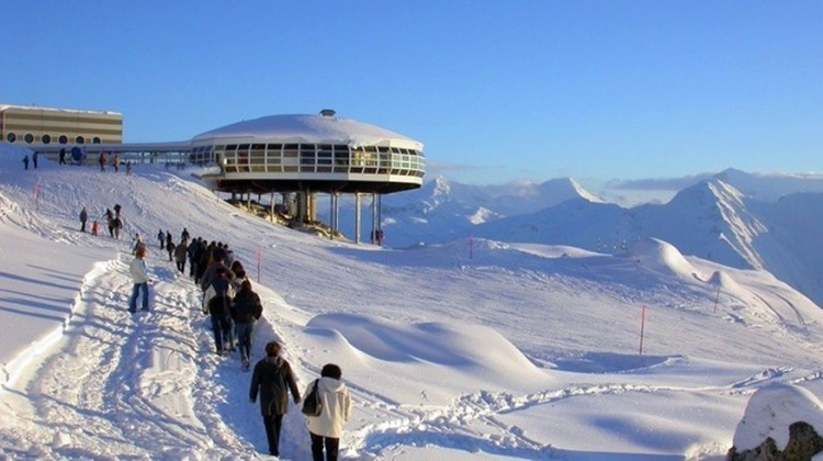 Panoramarestaurant Bettmerhorn in Bettmeralp: hier heb je uitzicht op 32 bergen die meer dan 4.000 meter hoog zijn. Houd je van raclette? Elke donderdagavond organiseert men er raclette met muzikale begeleiding. Daarna kan je aansluiten voor een fakkelafdaling. Per seizoen wisselen er tentoonstellingen van Zwitserse kunstenaars. Doen: de korte wandelweg naar het uitzichtpunt op de Aletschgletsjer! © Toerisme Zwitserland