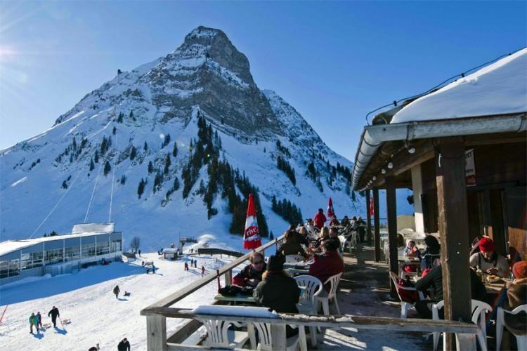 Restaurant-Gîte de montagne Plan-Francey in Moléson-sur-Gruyères: het terras aan dit bergrestaurant biedt je een mooi uitzicht op het meer van Gruyère. 's Avonds is het restaurant ook geopend voor nachtelijke wandelaars. Zaterdags van januari tot maart kan je er voor 25 CHF genieten van een uitgebreide fondue, inclusief een retourticket voor de kabelbaan. © Toerisme Zwitserland