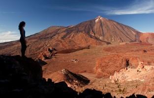 1. De vulkanische oorsprong van de eilandengroep: miljoenen jaren van vulkanische activiteit in de Atlantische Oceaan hebben de zeven eilanden gevormd zoals ze vandaag onder de naam 'Canarische Eilanden' bekend zijn. Het mysterieuze landschap van Timanfaya in Lanzarote is een van de plaatsen waar je deze erfenis het duidelijkst ziet: een gewone wandeling volstaat om de verbazingwekkende krachten van de natuur te kunnen bewonderen. Caldera de Tejeda, op het eiland Gran Canaria, is een andere plaats waar je spectaculaire sporen van vulkanische activiteit kunt aanschouwen. © Tourism Canary Islands