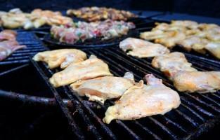 2. Eten op uitgedoofde vulkanen: op de Canarische Eilanden is het niet altijd nodig om een barbecue mee te brengen. Het restaurant El Diablo (in het Timanfaya National Park) in Lanzarote biedt eten dat boven een slapende vulkaan werd gekookt. Genieten maar! © Martin Stocks via Flickr