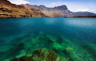 8. Kristalhelder water: het water rond de Canarische Eilanden heeft een constante temperatuur van ongeveer 20 graden. Bovendien is het water er zo helder dat je zicht hebt tot 30 meter diepte. Bezoekers kunnen in alle rust de vulkanische diepten van de oceaan verkennen en op zoek gaan naar schildpadden en andere exotische vissen die in deze wateren leven. De zeebodem, met zijn vulkanische rotsen en grotten, is zeker en vast een duik waard, net als de onderzeese lava die je van dichtbij kunt bewonderen. © Vin Crosbie via Flickr Creative Commons