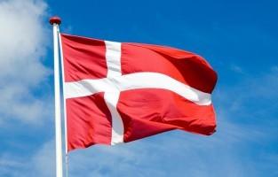 Denemarken: in Denemarken staat niet het eten, maar het servies centraal. Op 31 december gooien Denen namelijk oude borden of tassen stuk tegen de voordeur van hun vrienden. Het liefst hebben ze veel opruim achteraf, want veel scherven voor de deur betekent veel vrienden. © Pixabay