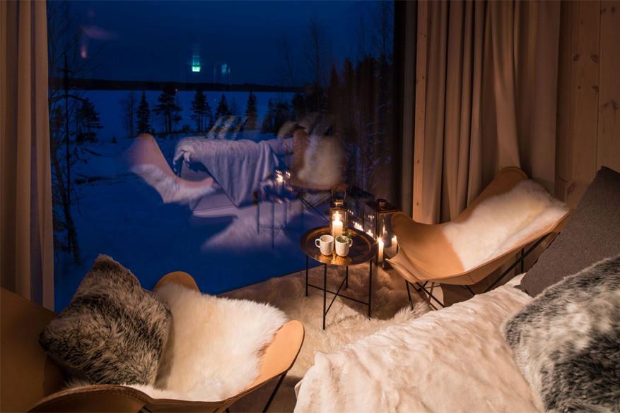 De boomhut is ingericht met zacht Scandinavisch meubilair en grote vensters. © Arctic Treehouse Hotel