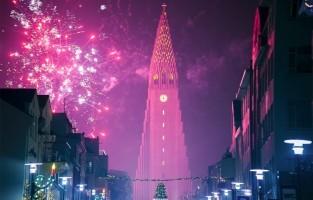 IJsland: dit land houdt er een bizar kerstverhaal op na. Niet met een vriendelijke kerstman maar met 13 onaangename 'Joelmannen'. Zij trekken een voor een vanuit de bergen richting de IJslands woonplaatsen, vanaf 12 december tot 24 december. Hun moeder zou de enge heks Grýla zijn, die stoute kinderen angst aanjaagt. Tot slot heeft de kat van Grýla ook een rol: die zou de vreemde gewoonte hebben kinderen op te eten die met kerstavond geen nieuwe kleding bezitten. © Toerisme Reykjavik