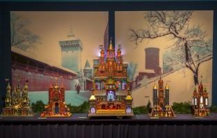 Polen: in de Poolse stad Krakau maken ze van Kerstmis gebruik om prachtige kerststallen te ontwerpen. Die traditie ontstond omdat er tijdens Kerstmis allerhande geboortetafereeltjes in de kerken werden tentoongesteld. Timmerlieden en metselaars uit de buurt van Krakau besloten rond de 19de eeuw dat ze dat veel mooier konden maken buiten het bouwseizoen. Vooral de kerststallen van zo'n 3 meter hoog met een mobiel poppentheater zijn indrukwekkend! © Toerisme Polen