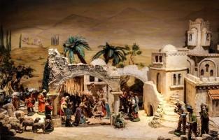 Spanje: in Spanje houden ze van 'nativity scenery'. Al 7 eeuwen lang herdenken ze de geboorte van Jezus door overal waar er plaats is, thuis, in de kerk of op de pleinen, een erg gedetailleerde kerststal te installeren. Velen zijn er op vooruit gegaan en worden tegenwoordig versierd met bewegende details en speciale effecten. De figuurtjes in de scenes zijn traditiegetrouw met de hand gemaakt en representeren de originele Bijbelverhalen. © The Spanish Touch
