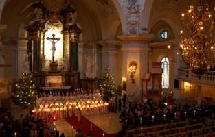Zweden: op 13 december wordt de 400 jaar oude traditie van St. Lucia, de 'koningin van het licht', gevierd met kerkconcerten en optochten. Op die dag loopt een jong meisje verkleed als Lucia voorop in een optocht van licht. Alle meisjes in de Lucia-optocht zijn gekleed in wijde witte gewaden. In hun hand houden ze een kaars en op hun hoofd dragen ze een kroon van kaarsen. In Zweden wordt St. Lucia in bijna iedere stad, dorp of kerk gevierd. © Toerisme Zweden