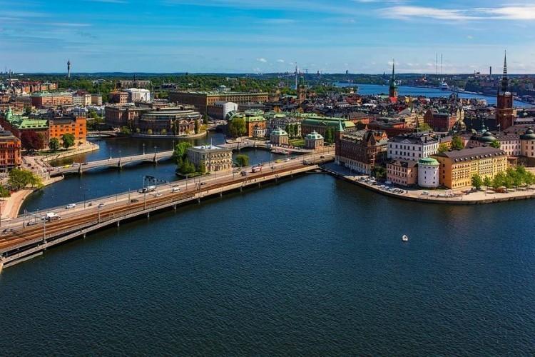 Stockholm, Zweden: de Zweedse hoofdstad strekt zich uit op 14 verschillende eilanden. Wie hier per schip aankomt vanaf de Oostzee moet zich eerst nog een weg banen tussen de vaak smalle stromen van de Zweedse archipel. Dat levert kilometerslange uitzichten op van gekleurde huisjes op de hellingen. Het echte Zweden! © Pixabay