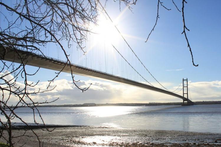 Humber Bridge in Kingston upon Hull, Engeland: tot in 1998, 17 jaar naar bouwjaar 1981, was de Humber Bridge de langste hangbrug van Europa. De brug, met een lengte van 2.200 meter, loopt over de gelijknamige rivier en verbindt de graafschappen East Riding of Yorkshire met North Lincolnshire. Voetgangers en fietsers mogen gratis over de brug. Automobilisten moeten tol betalen. © Pixabay