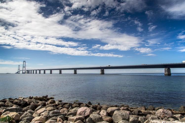 De Grote Beltbrug in Denemarken: deze hangbrug van ruim 1.500 meter lang verbindt de eilanden Funen en Seeland. Voorheen gebeurde dat via de historische veerverbinding. De brug bestaat uit drie delen: de Oostelijke brug (een hangbrug), de Westelijke Brug (een laaghangende brug) en de Oostelijke Tunnel waar de trein doorrijdt. De bouw van de Grote Beltbrug kostte ruim 4 miljard. Dat wordt terugverdiend via tol: zo'n 33 euro per personenauto. © New Oresund via Flickr Creative Commons