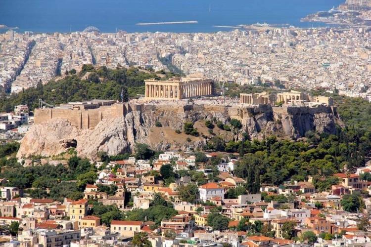 Athene, Griekenland: de haven van de Griekse hoofdstad Athene moet haast een van de oudste ter wereld zijn. Athene was al een bestemming nog voor andere landen het levenslicht zagen. De 3400 jaar oude stad is het culturele, politieke, financiële en industriële hart van Griekenland. Oude monumenten en kunstwerken, met nu en dan Romeinse en Byzantijnse invloeden, versieren er het straatbeeld. Erfgoed dat al eeuwen mee gaat! © Pixabay