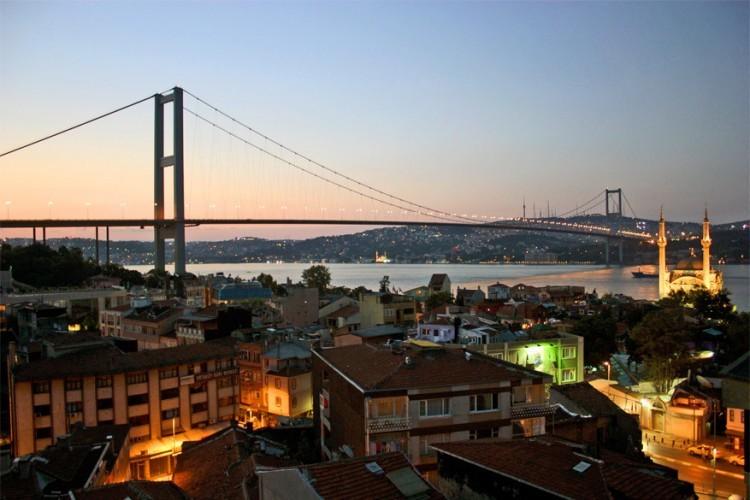 Bosphorusbrug in Turkije: ook wel bekend als de 15 Juli Martelaarsbrug vormt dit een van de twee bruggen over de Bosporus. Door de burg over te steken, rijd je bovendien een nieuw continent binnen. Ze maakt namelijk de verbinding tussen het Europese deel van Istanbul met het Aziatische deel. De Bosphorusbrug heeft een lengte van 1.590 meter, goed voor een 12de plaats in de wereldranglijst. © Wikimedia Commons