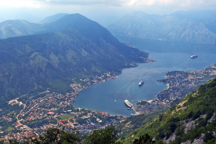 Kotor, Montenegro: de gezonken vallei van de baai van Kotor is het equivalent van een fjord aan de Middellandse Zee. Het mooiste moment om deze haven binnen te varen is bij het ochtendgloren wanneer de eerste zonnestralen de rotsen kleuren met warme tinten. De schepen komen samen aan de muren van de oude stad. De skyline van Kotor wordt bepaald door twee prachtige kerken in de oude stad en het fort van St. John bovenop de heuvels. © Pixabay