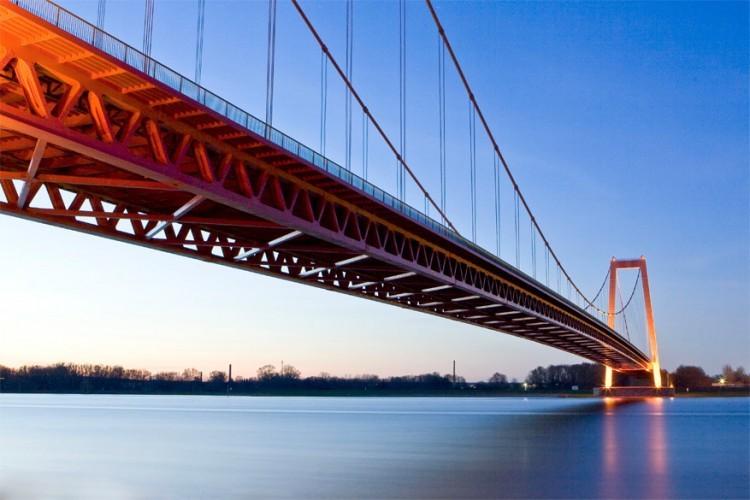 Rijnbrug bij Emmerik in Duitsland: ondanks haar 803 meter is dit toch de langste hangbrug van Duitsland. De Rijnbrug verbindt Kleef en Emmerik, de laatste stad aan de Rijn voordat de rivier Nederlands grondgebied bereikt. De moderne brug, geopend sinds 1965, is een krachtig symbool voor de wederopstanding van de stad aangezien zo goed als volledig Emmerik platgebombardeerd werd tijdens de Tweede Wereldoorlog. © Wikimedia Commons