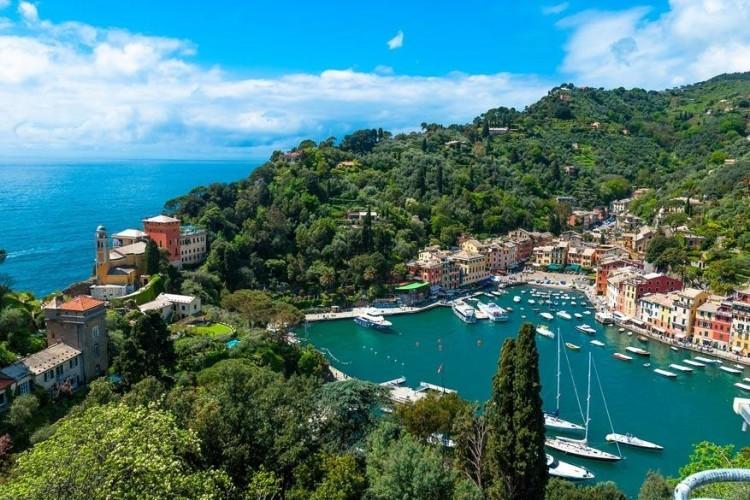 Portofino, Italië: dit Italiaanse vissersdorpje is een ontzettend mooie plek met z'n groene heuvels en pastelkleurige huisjes. Het stadje groeit uit tot een meer toegankelijk resort dat blijft charmeren, een goed bewaard geheid dat zijn troeven stilletjes aan begint uit te spelen. Portofino beschikt over een kleine, maar uiterst pittoreske haven van waar je zo goed als het hele dorpje kan spotten. © Pixabay