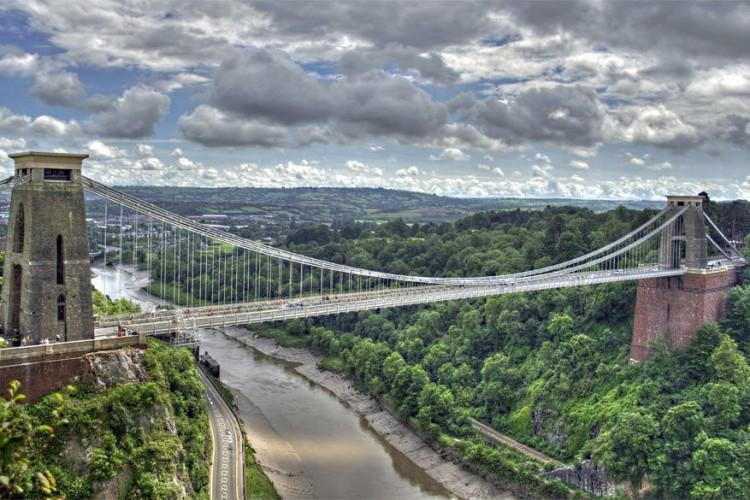 Clifton Suspension Bridge in Bristol, England: het kloofdal van Avon in het Britse Bristol wordt overspannen door de Clifton Suspension Bridge. Ingenieur Isambard Kingdom ontwierp de hangbrug maar overleefde nooit het eindresultaat in 1864. Opmerkelijk: ondanks de bouw in de 19de eeuw kan de brug het drukke verkeer van de 21ste eeuw aan. Zo'n elf- tot twaalfduizend voertuigen passeren er elke dag. © Wikimedia Commons