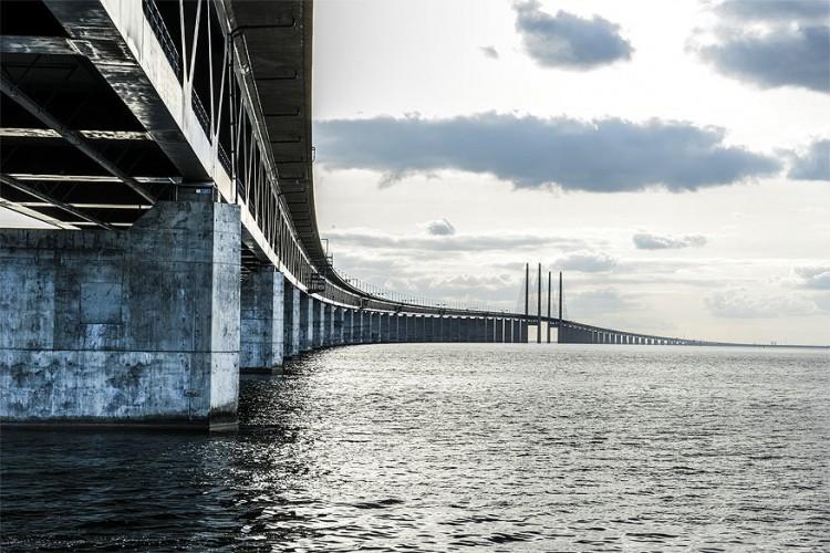 Øresundsbron in Denemarken en Zweden: de legendarische brug uit de dramareeks 'The Bridge' bestaat echt. Ze loopt over de Sont en verbindt de Deense hoofdstad Kopenhagen met de Zweedse stad Malmö. De Øresundsbron is bijna 8 km lang en bestaat uit een dubbeldeksverbinding: bovenaan rijden auto's, onderaan de trein. Om met de auto een retourtje te maken tussen de twee steden betaal je 100 euro tol. © Janus Langhorn