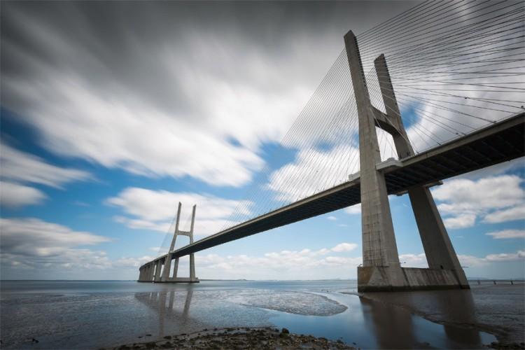 Vasco da Gamabrug in Lissabon, Portugal: met ruim 17 km op de teller is deze brug de langste van Europa. Ze verbindt de plaatsten Sacavém en Montijo en werd genoemd naar de Portugese ontdekkingsreiziger. Niet toevallig zo blijkt. De bouw van het gevaarte begon in 1995 en raakte af in 1998. Net op tijd voor de Expo '98, de wereldtentoonstelling waar de 500ste verjaardag van de ontdekking van de zeeroute naar India via Kaap de Goede Hoop gevierd werd. Het werk van Vasco da Gama. © Wikimedia Commons