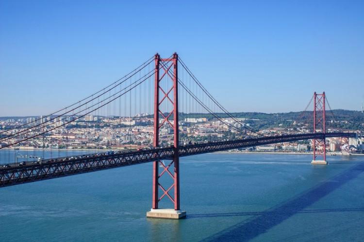 25 aprilbrug in Lissabon, Portugal: deze hangbrug over de Taag is van Amerikaanse makelij. Niet toevallig dat ze daarom zo erg lijkt op de Golden Gate Bridge in San Francisco. De brug verbindt hoofdstad Lissabon met Almada, op de zuidoever van de Taag en werd afgewerkt in 1966. Tot 1974 heette het de Salazarbrug, naar de toenmalige premier. Maar de naam veranderde, naar aanleiding van de Anjerrevolutie. © Pixabay