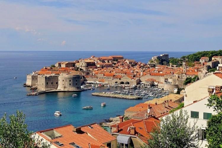Dubrovnik, Kroatië: of het komt door haar plaats op de UNESCO Werelderfgoedlijst weten we niet, maar feit is dat het Kroatische havenstadje Dubrovnik een van de meest bezochte bestemmingen is aan de Adriatische Zee. Dankzij de maritieme handel sinds de middeleeuwen, is het de enige Oost-Adriatische stadstaat die Venetië weet te evenaren. De oude binnenstad ligt zo'n 2,5 km ten noordwesten van de haven. © Pixabay