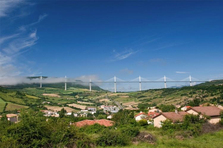 Viaduct van Millau in Frankrijk: deze tuibrug strekt zich uit over de vallei van de rivier Tarn in de buurt van Millau in het zuiden van Frankrijk. De brug telt 7 enorme brugpijlers waarvan de hoogste maar liefst 343 meter de lucht in reikt. Het viaduct maakt deel uit van de A75-A71 die Parijs met Montpellier verbindt. Gebouwd in 2004, wordt de constructie nog steeds opgehemeld als een van beste technische verwezenlijkingen aller tijden. © Wikimedia Commons